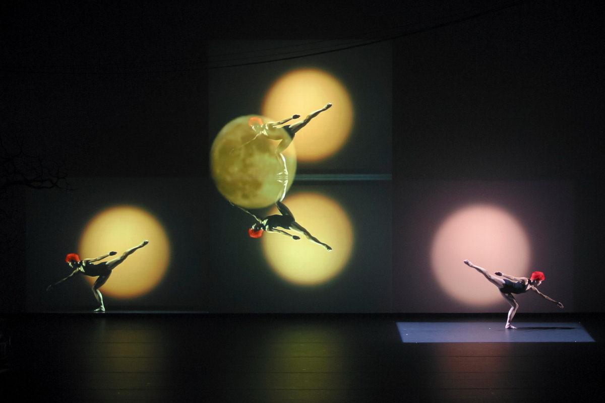 フィリップ・ドゥクフレ『Iris』 2003年 神奈川県民ホール 日、仏、中のアーティストによる国際共同制作作品 撮影:Arnold Groeschel