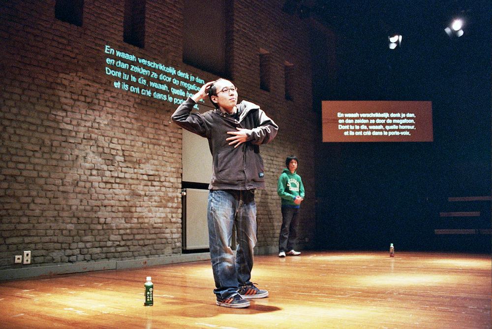 チェルフィッチュ『三月の5日間』2007年 クンステンフェスティバルKaaistudio's 撮影:Michele Rossignol