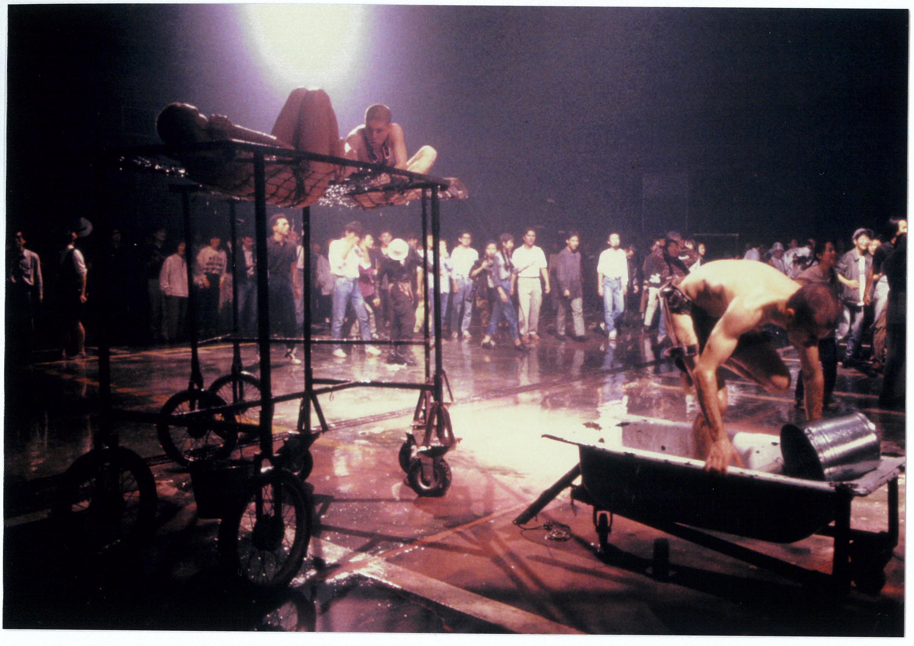ラ・フーラ・デルス・バウス『Suz/O/Suz』 1989年 ヨコハマ・アート・ウェーブ 宇徳運輸新山下倉庫にて 撮影:宮内勝