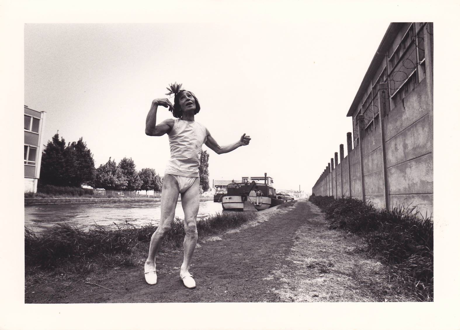 大野一雄『ラ・アルヘンチーナ頌』 1980年 ナンシー・フェスティバル ナンシーの運河にて 撮影:神山貞次郎